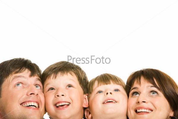 Члены дружной семьи, смотрящие вверх на белом фоне
