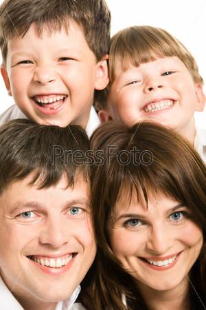 Крупный план счастливых лиц дружной семьи
