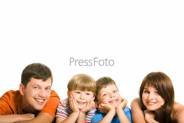 Счастливая семья лежит в ряд и улыбается
