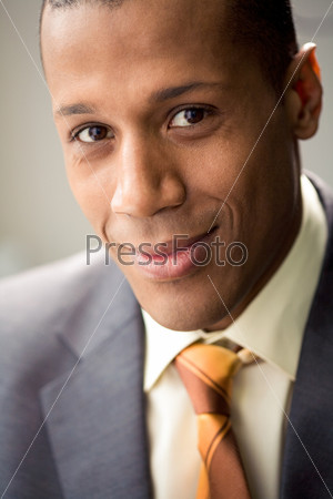 Импозантный деловой мужчина смотрит в камеру