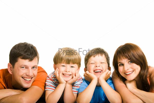 Смеющиеся мальчики в окружении своих родителей