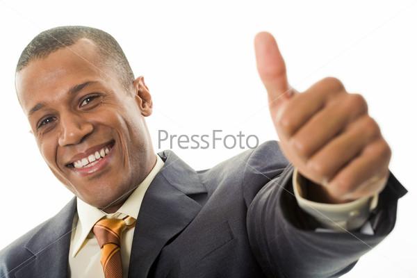 Солидный мужчина смеется показывая, что всё ок