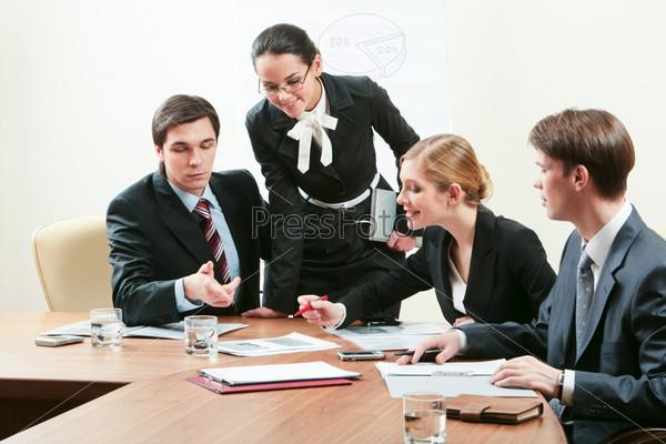 Предприниматели обсуждают бизнес-план за столом