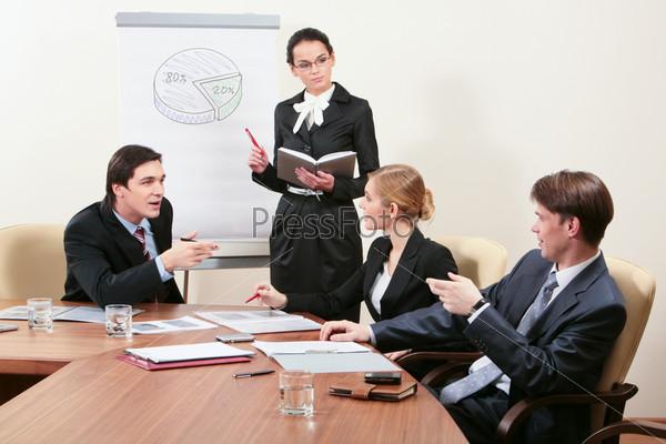 Командная работа профессиональных сотрудников в офисе