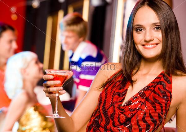 Изящная девушка с бокалом в руке