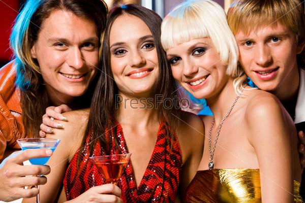 Компания стильных друзей на вечеринке в клубе