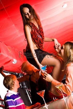 девушка танцует на столе фото
