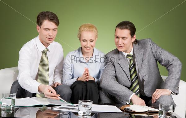 Увлеченные сотрудники обсуждают рабочий проект