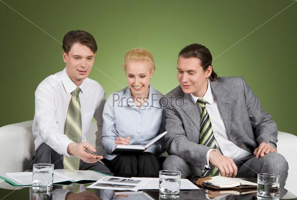 Деловые люди спорят обсуждая рабочие задачи