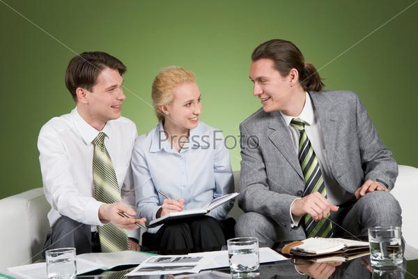 Сотрудники офиса проводят планерку сидя на диване