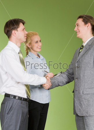 Солидные деловые люди приветствуют друг друга