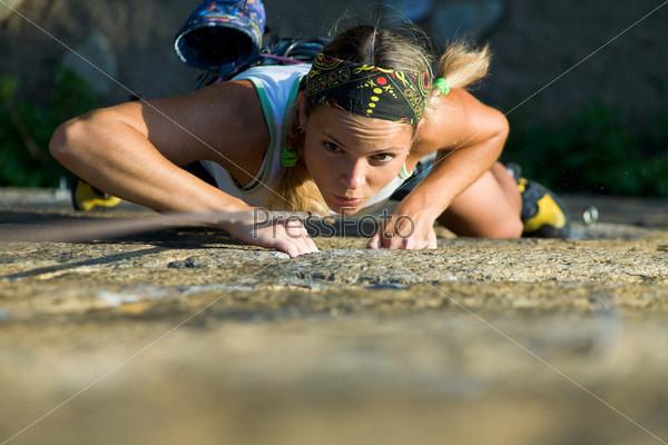 Целеустремленная альпинистка поднимается вверх