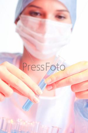Ученый держит пробирку с жидкостью