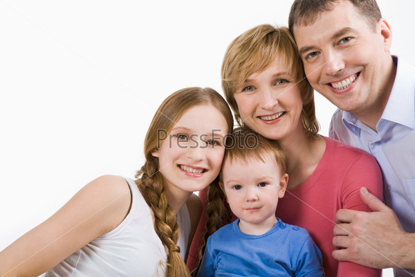 Счастливый мужчина обнимает жену и детей