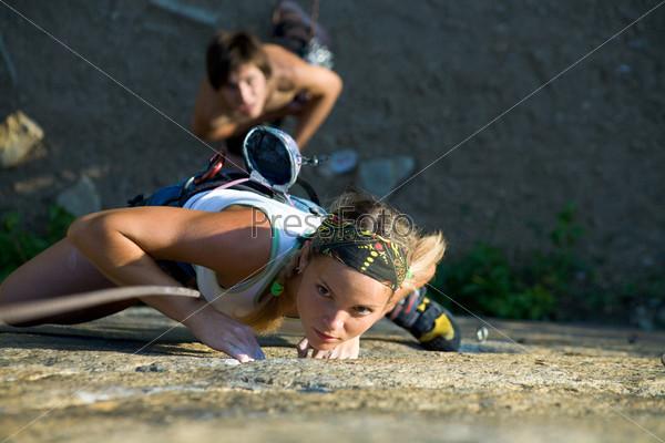 Сосредоточенная альпинистка стремится вверх