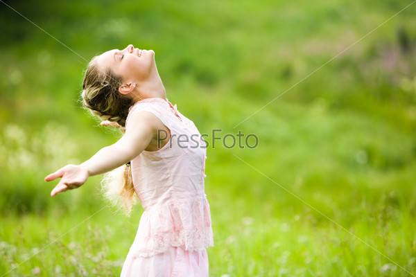 Фотография на тему Милая девушка с протянутыми назад руками и закрытыми глазами наслаждается хорошей погодой в свободное время