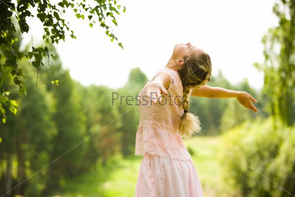 Девушка наслаждается прогулкой летним днем