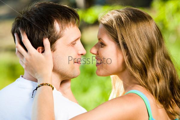 Влюбленные мужчина и женщина смотрят друг на друга
