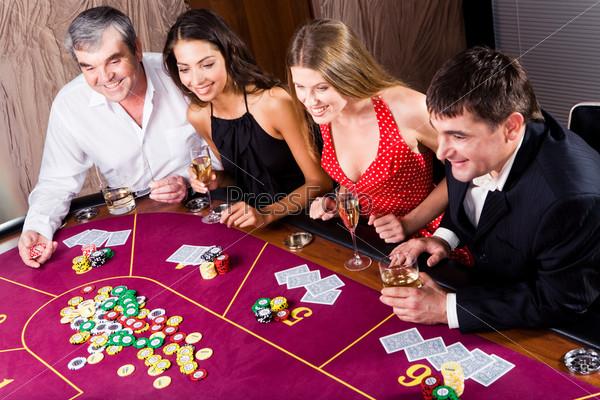 Увлеченные игроки сидят за игровым столом в казино