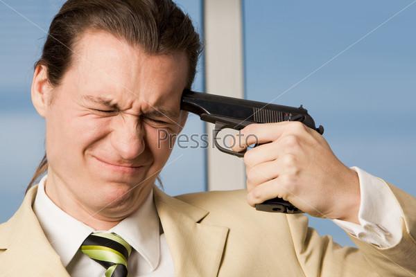 Отчаявшийся бизнесмен собирается покончить жизнь самоубийством