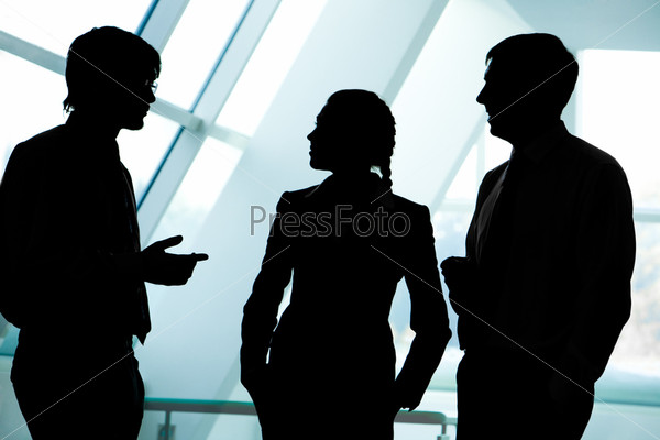 Силуэты деловых людей разговаривающих в офисе