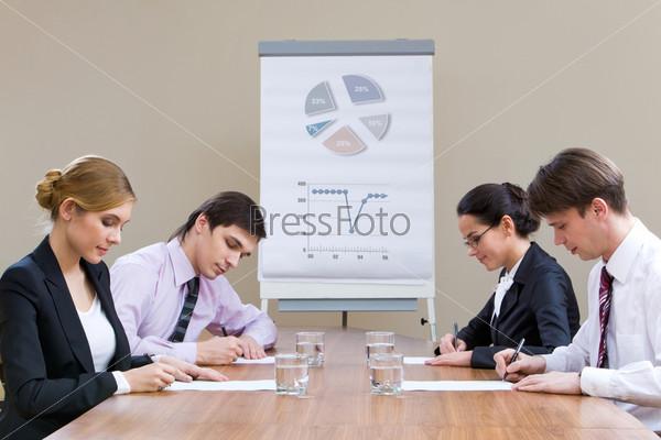 Совещание топ-менеджеров в офисе за столом