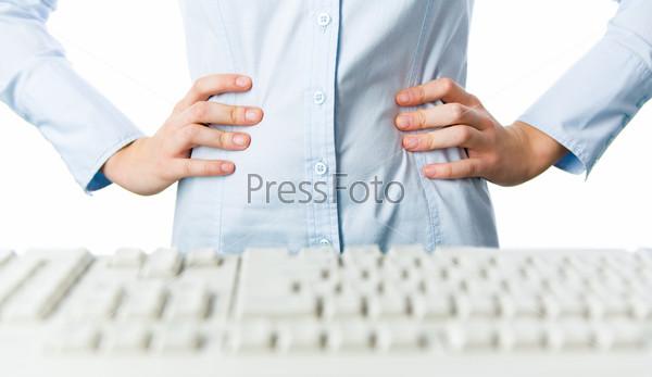 Руки в голубой рубашке поставлены на талию перед клавиатурой