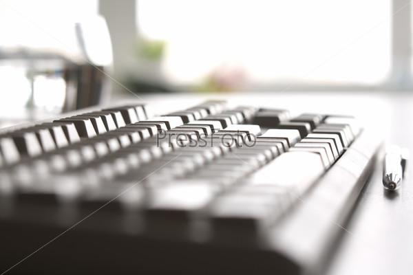Клавиатура стоящая на столе