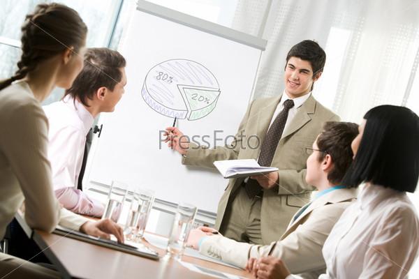 Успешный бизнесмен выступает с докладом перед коллегами