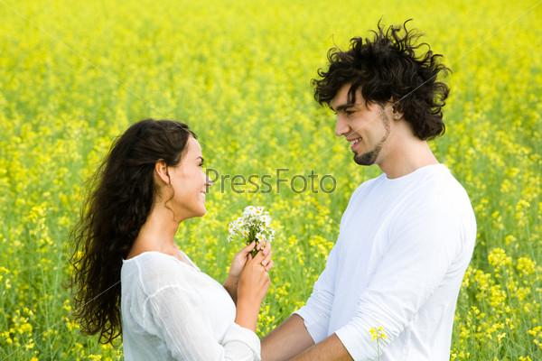 Влюбленные смотрят друг на друга