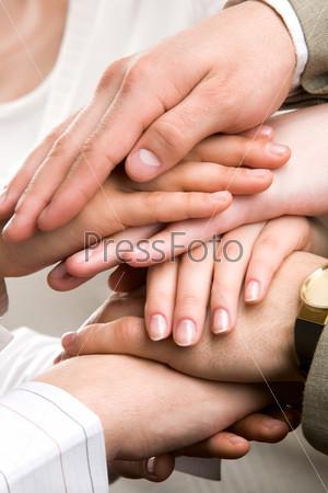 Стопка человеческих рук символизирующих единство