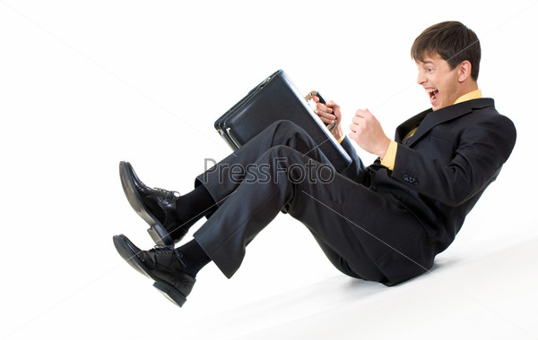 Эмоциональный мужчина по наклонной плоскости катится вниз