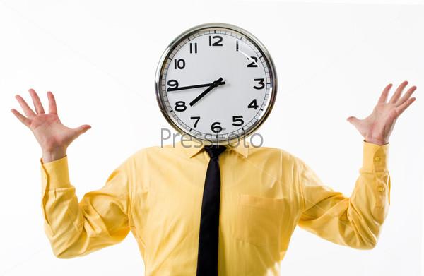 Мужчина в желтой рубашке с большими часами вместо головы