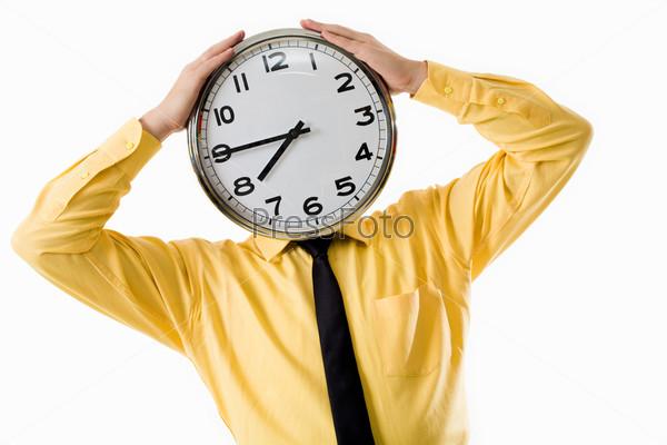 Мужчина держит часы на уровне лица
