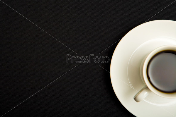 Вид сверху чашки кофе на черном фоне