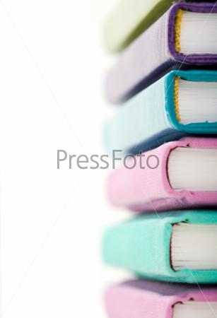 Стопка книг в ярких переплетах под углом