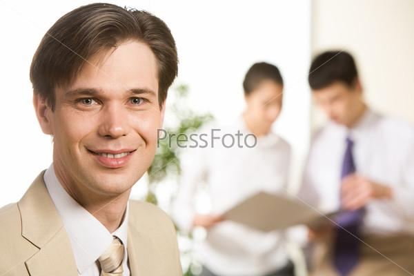 Уверенный бизнесмен на фоне коллег