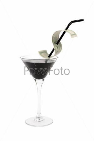 Бокал с нефтью и банкнотой доллара на трубочке на белом фоне
