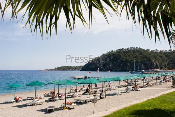 Побережье курорта с шезлонгами на пляже