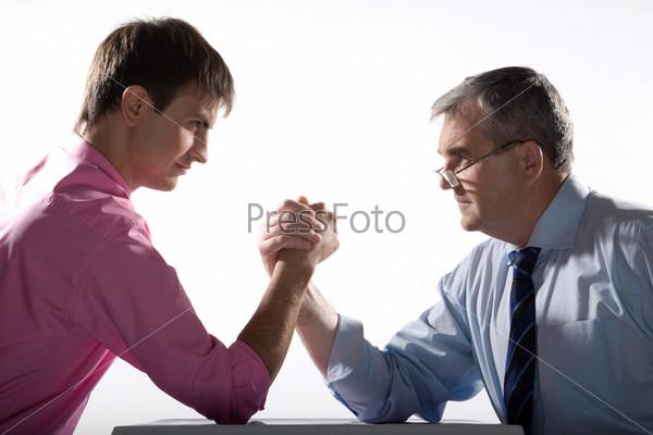 Партнеры смотрят друг на друга во время армрестлинга