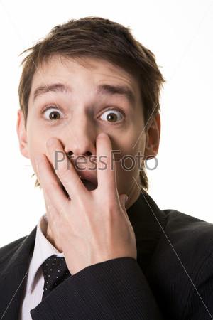 Шокированный бизнесмен прикрывает рот рукой