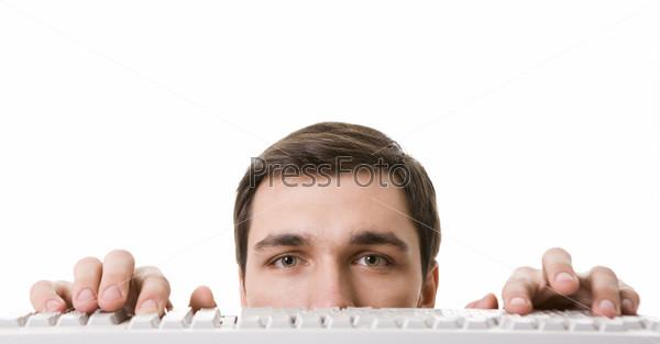Лицо бизнесмена около белой клавиатуры