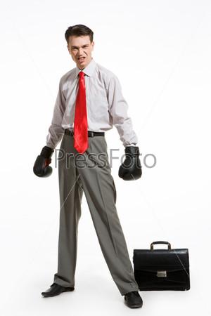 Агрессивный бизнесмен в боксерский перчатках на белом фоне