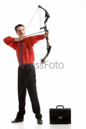Фотография на тему Привелекательный бизнесмен с арбалетом прицеливается