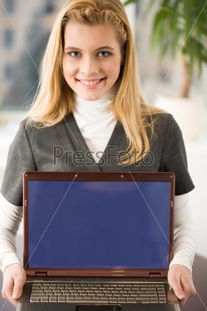 Успешная бизнес леди с ноутбуком в руках