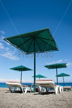 Вид снизу шезлонгов на пляже на фоне моря