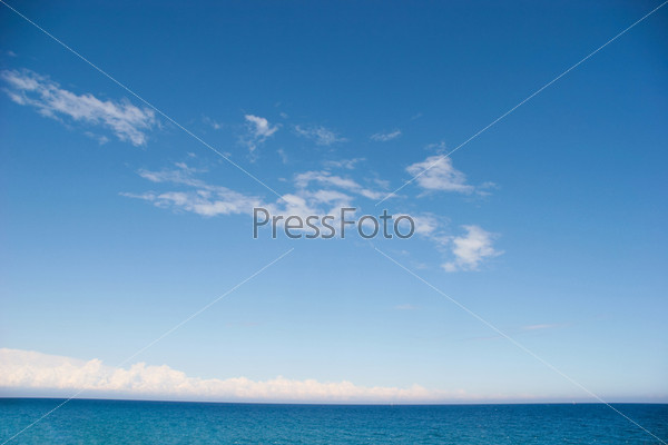 Голубое море летним днем