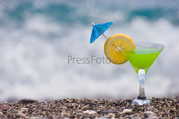 Лимонный напиток стоящий на побережье моря