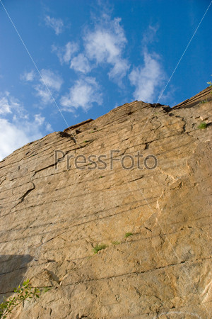 Вид снизу высокой пологой скалы