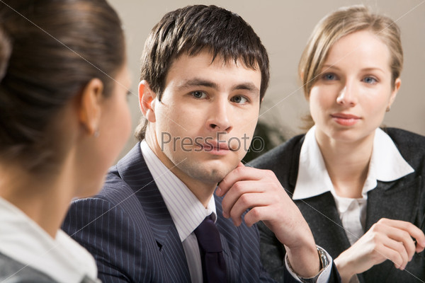 Бизнесмен смотрит на коллегу